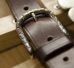 Acheter une ceinture en cuir pour homme, achat cuir homme, ceinture en cuir, cuirs de schistes, achat ceinture homme, ceinture cuir homme, achat cuir français, achat boucle ceinture, aceras, carline, corydale, joubarbe, muscari, orpin, leuzée, callune, parc régional du haut languedoc, sud de france, création française, texa, nevad, dakot, miss, tennes, alaba, jean-luc bridonneau, création en cuir naturel, création cuir hérault, ceintures et sacs en cuir, acheter du cuir français, cuir naturel
