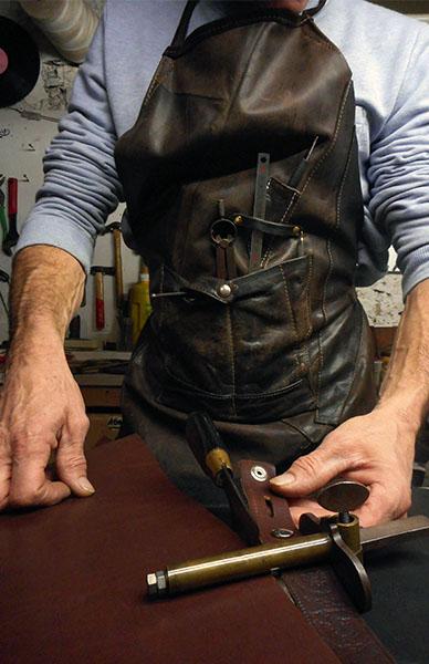 Acheter une ceinture en cuir pour homme, achat cuir homme, ceinture en cuir, cuirs de schistes, achat ceinture homme, ceinture cuir homme, achat cuir français, achat boucle ceinture, aceras, carline, corydale, joubarbe, muscari, orpin, leuzée, callune, parc régional du haut languedoc, sud de france, création française, texa, nevad, dakot, miss, tennes, alaba, jean-luc bridonneau, céation, cuir naturel, création cuir hérault, ceintures et sacs en cuir, acheter du cuir français, cuir naturel